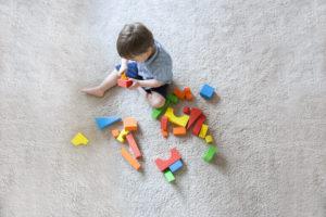 Bauklötze auf Kinderteppich